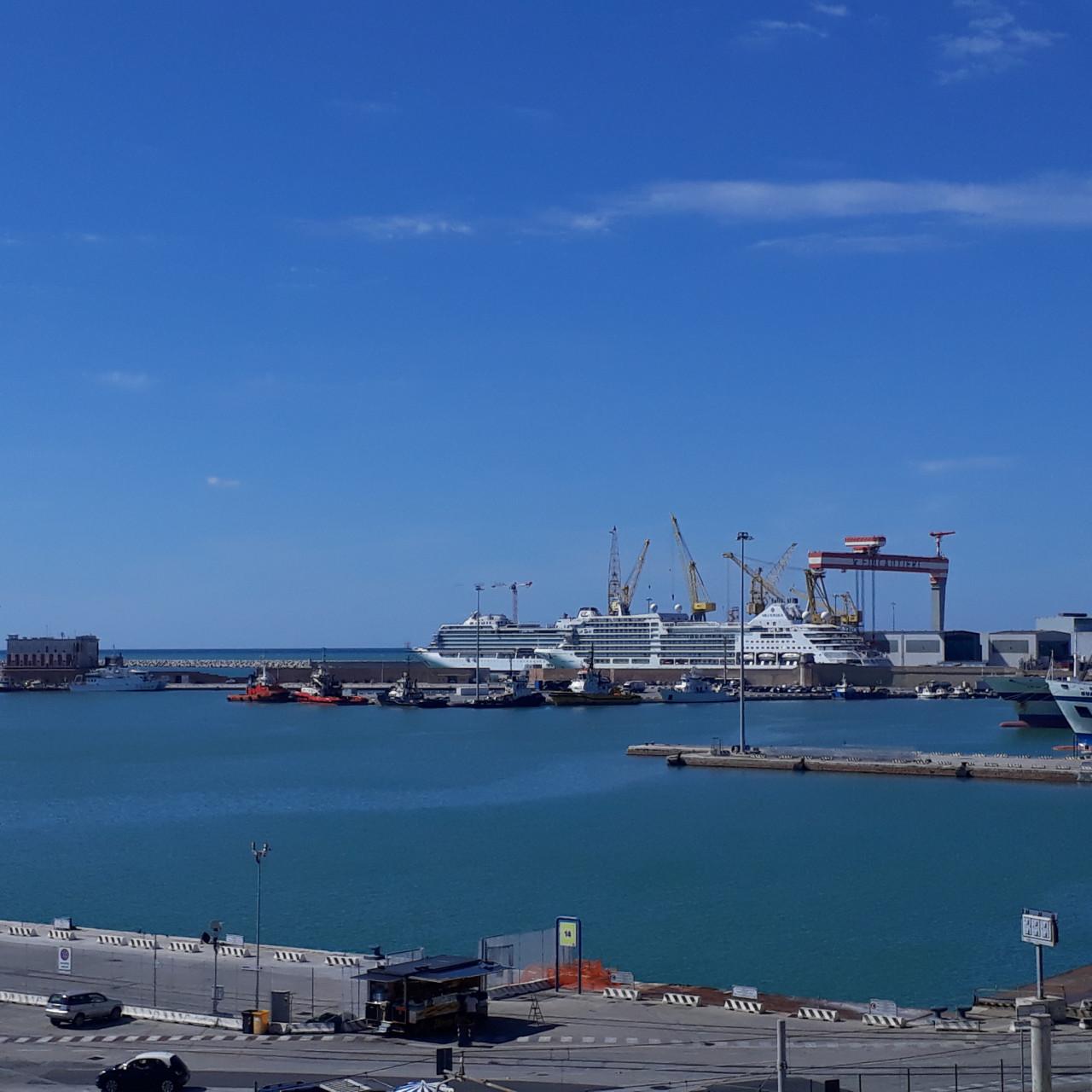 M567 ottimo ufficio luminoso e panoramico vista mare