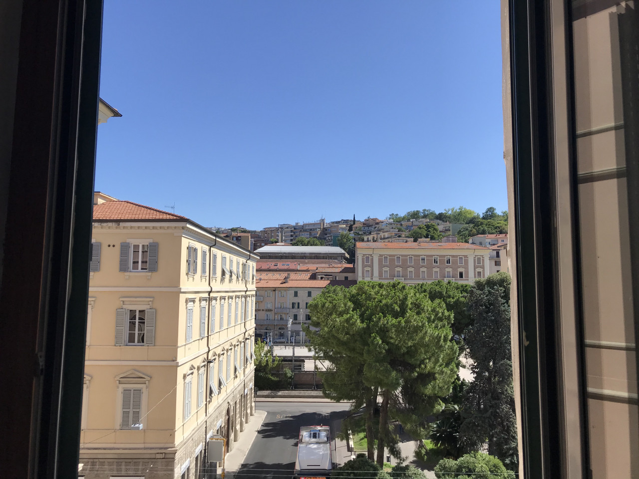 Ancona centro ampio ufficio in affitto