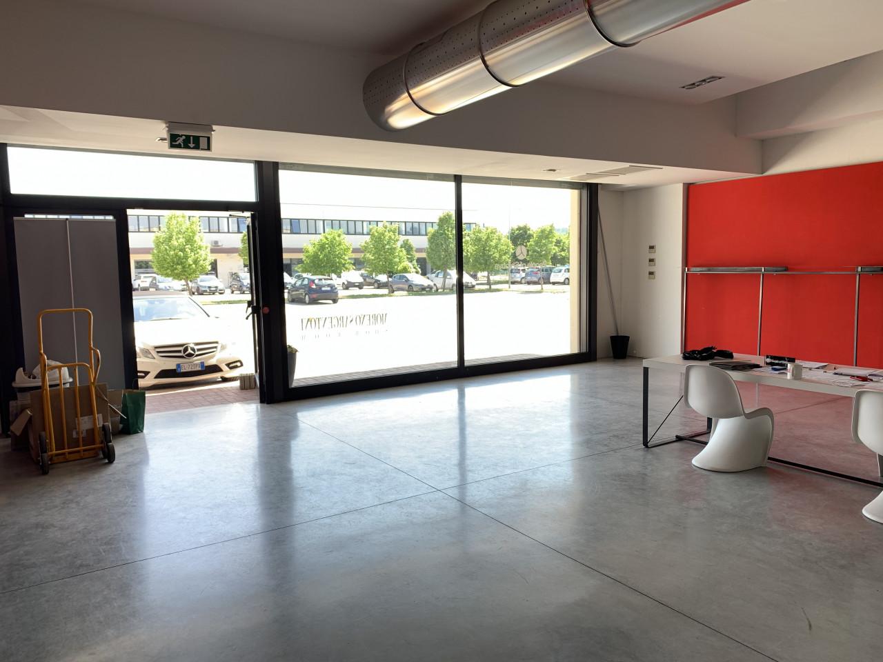 center gross affittiamo bellissimo magazzzino trasformato a Show room