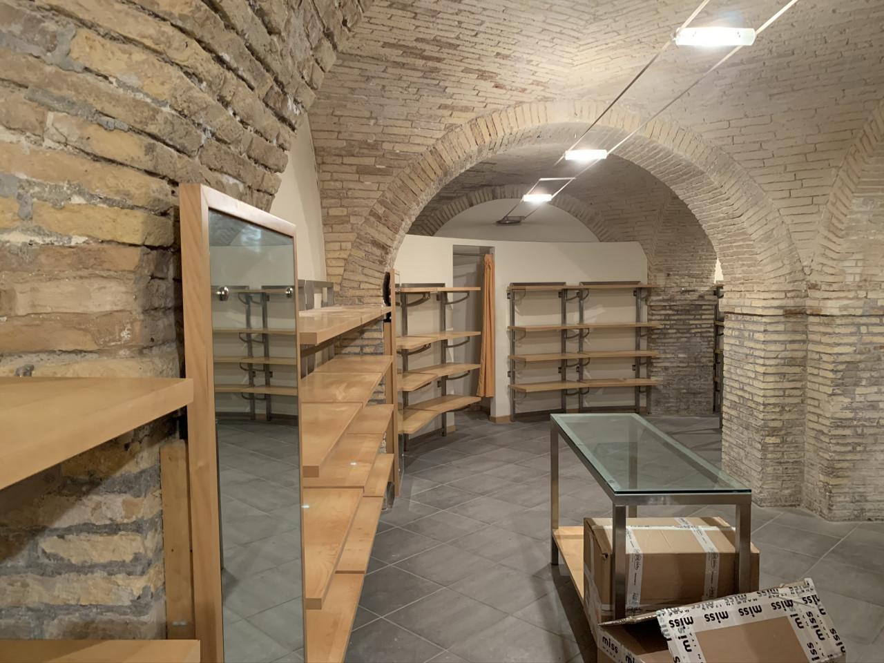 Ancona zona corso Stamira  affittiamo locale ad uso negozio con canna fumaria