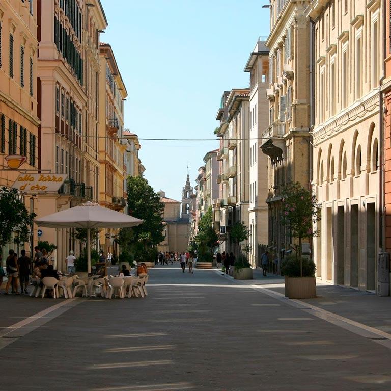 Negozio ampia metratura in affitto centro Ancona