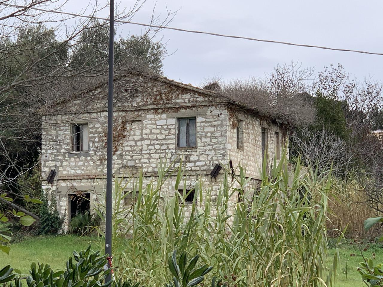 Sirolo vendiamo casa colonica in pietra del Conero  da ristrutturare completamente