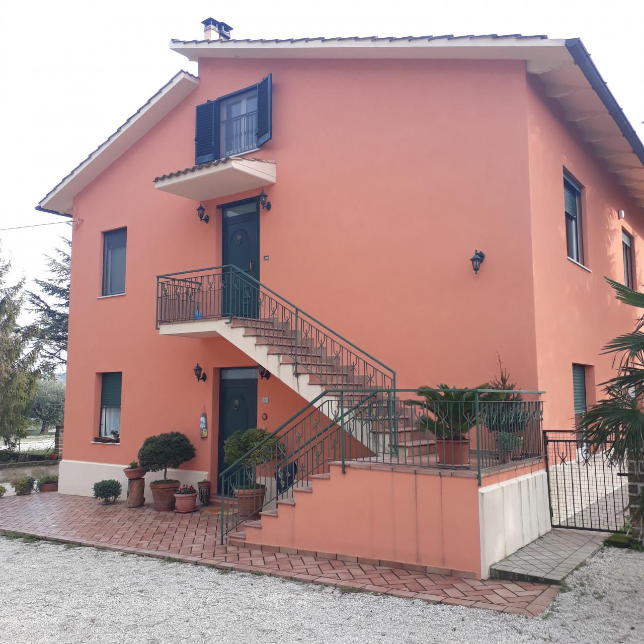 S714 Osimo vendiamo soluzione in bifamiliare, ampio giardino/corte