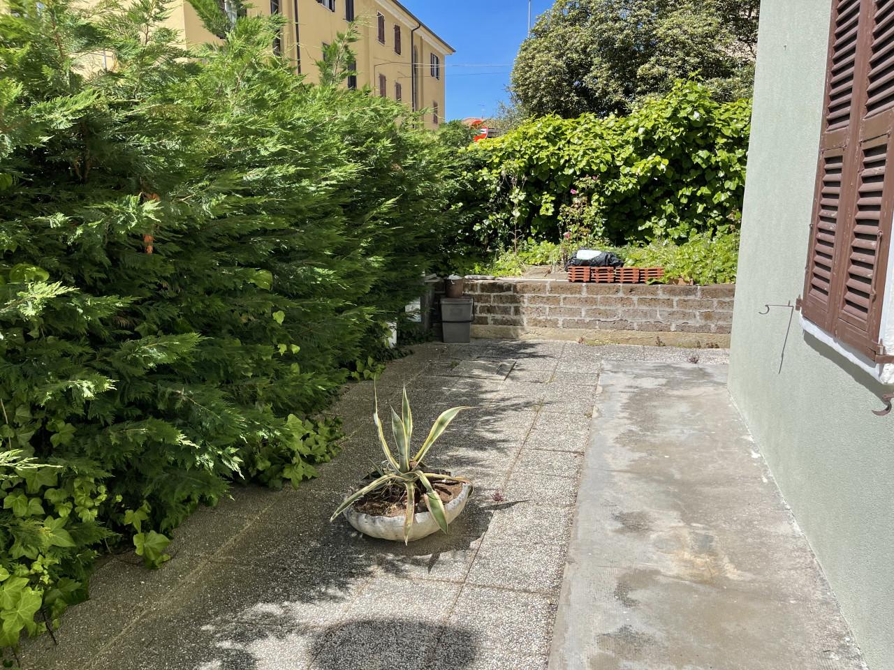 Ancona Via Sassoferrato vendiamo appartamento con ingresso indipendente dal giardino